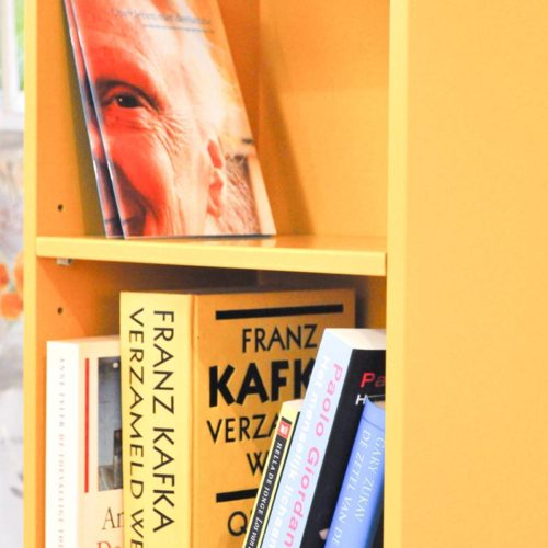 Detail boekenkast Move on Time. Er is een linker- en een rechterboekenkastdeel.