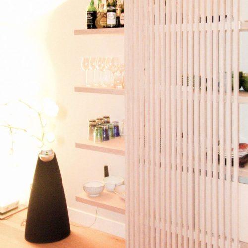 Een wandkast die u veel ruimte biedt om uw spullen tentoon te stellen of op te bergen, en die kleine ruimtes ruimer doet lijken dan ze zijn.