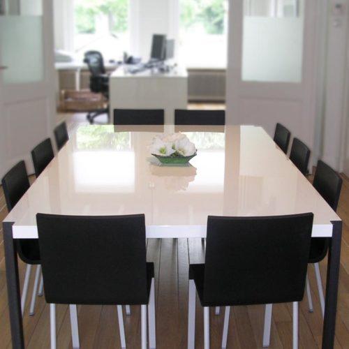 Kantoorruimte 'at home at work': vergadertafel