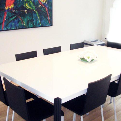 Kantoorruimte 'at home at work'. Luxe vergadertafel.