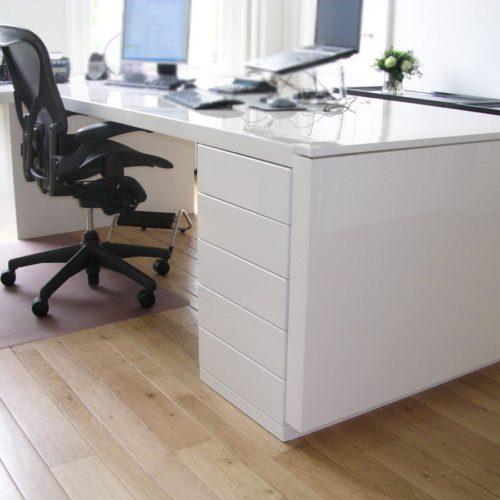Kantoorruimte 'at home at work'. Modern bureau in hoogglans wit.