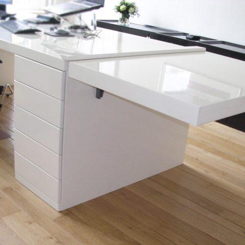 Kantoorruimte 'at home at work'. Modern bureau in hoogglans wit met uitklapblad voor extra werkruimte.