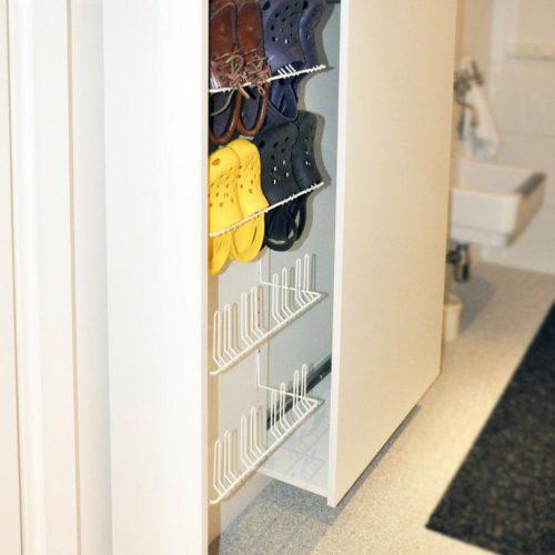 Ondiepe schoenenkast, ideaal om in smalle ruimtes te plaatsen. Biedt ruimte aan 8 paar schoenen. Met paraplubak. Ontwerper: Edwin de Kuiper van studio STIJLAPART.
