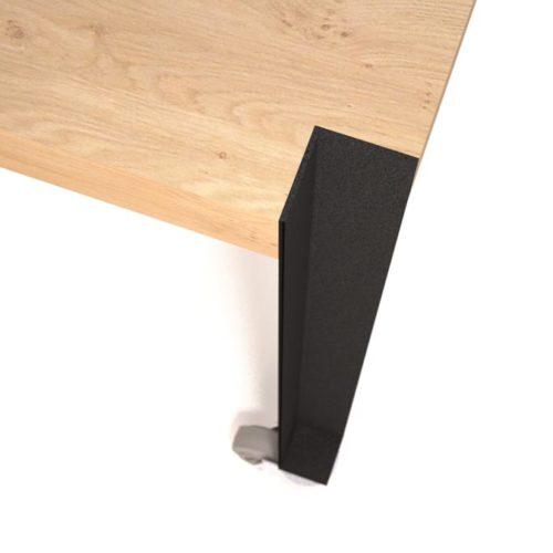 Door het eenvoudige opbergsysteem is de tafel in een handomdraai ook goed te gebruiken als vergader- of eettafel. Ontwerper: Edwin de Kuiper van studio STIJLAPART.