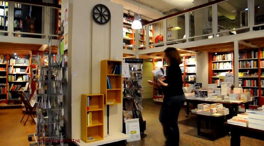 Boekenkast Move on Time bij boekenhandel Praamstra film