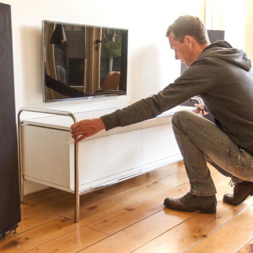 van het audiomeubel wordt de salontafel gepakt