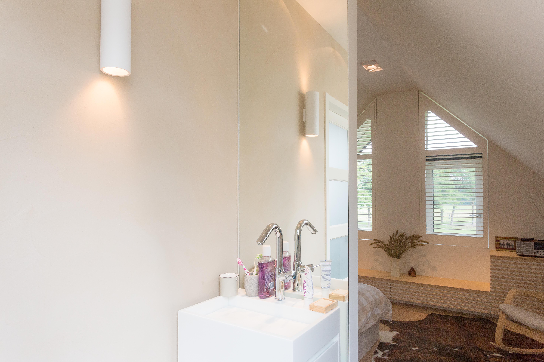 Slaapkamer met badkamer op zolder op maat ontworpen en gemaakt for Slaapkamer met badkamer