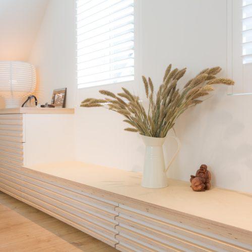 Ladenkast, lades zijn vrijwel onzichtbaar door het ontwerp dat overgaat in de lambrisering